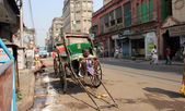 Rickshaw man waits for the customer, Kolkata, India — Stock Photo
