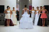 """Fotomodell in hochzeitskleid von ana milani auf """"wedding expo"""" in die shopping city in zagreb, kroatien am 12. oktober 2013 westgate gemacht — Stockfoto"""