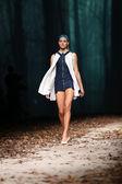 Modelo de moda vestindo roupas desenhado por jelena aleksic sobre o cro um show de porter — Foto Stock
