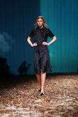 Modelo de moda vestindo roupas desenhado por borna e fils sobre o cro um show de porter — Foto Stock