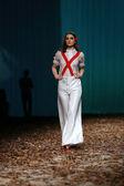 Modell bär kläder designade av borna och fils på cro en porter show — Stockfoto