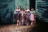 Modelka na sobě oblečení navrhl dvojčata begovič a stimac na cro porter show — Stock fotografie