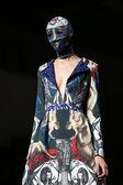Moda modelo vistiendo ropa diseñada por zigman en el cro muestran un portero en zagreb, croacia. — Foto de Stock