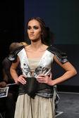 Modelo de modas con ropa diseñada por nevenka buzov en el desfile de vestuario — Foto de Stock