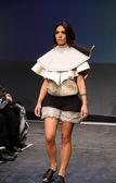ワードローブのファッションショーで nevenka buzov によって設計された服を着てファッション モデル — ストック写真