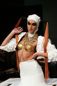 Modello moda indossando abiti disegnati da kaser andelko show moda armadio — Foto Stock