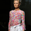 Fashion model wearing clothes designed by Tramp in Disguise on the Zagreb Fashion Week show — Foto de Stock