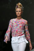 Fashion model wearing clothes designed by Tramp in Disguise on the Zagreb Fashion Week show — Stockfoto