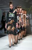 показать модели мода носить одежду, разработанный ана куюнджич на неделе моды в загребе — Стоковое фото