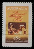 Sello impreso en australia muestra cartel de picnic de la película en colgante roca — Foto de Stock