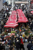 People sell flowers at Dolac Market, Zagreb — Stockfoto