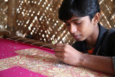 Boys working on the decoration of textiles in Kumrokhali, India — Stock Photo