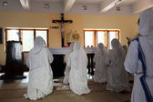 Sisters of Mother Teresa's Missionaries of Charity in prayer in the chapel of the Mother House, Kolkata, India — Stock Photo