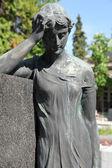 Dettaglio di una scultura di lutto su una mirogoj cimitero, Zagabria, Croazia — Foto Stock