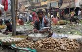 Street trader sell vegetables outdoor in Kolkata India — Stock Photo