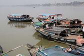 River boats waiting for the passengers at the dock, Kolkata, India — Stock Photo