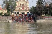 Hindu people bathing in the ghat near the Dakshineswar Kali Temple in Kolkata, India — Stockfoto
