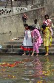 Hindu people bathing in the ghat near the Dakshineswar Kali Temple in Kolkata, India — Stock Photo