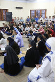 Sisters of Mother Teresa's Missionaries of Charity and volunteers from around the world at the Mass in the chapel of the Mother House, Kolkata — Stock Photo
