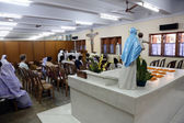 Pilgrims pray beside the tomb of Mother Teresa in Kolkata — Stok fotoğraf
