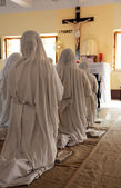 Missionaries of Charity in prayer in the chapel of the Mother House, Kolkata — Stock Photo
