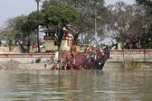 Hindu people bathing in the ghat near the Dakshineswar Kali Temple in Kolkata — Stock Photo