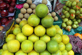 Asian farmer's market selling fresh fruits — Stockfoto