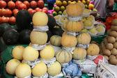Asiatiska bondens marknad säljer färsk frukt — Stockfoto