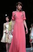 时装模特穿着由萨格勒布工作证在克罗地亚萨格勒布 'fashion.hr' 表演设计的衣服. — 图库照片