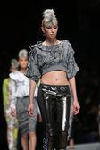 Modello moda indossando abiti disegnati da zoran aragovic 'fashion.hr' show a zagabria, croazia. — Foto Stock