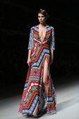 """Modelo de moda usa ropa hecha por anamarija asanovic show """"cro a porter — Foto de Stock"""