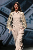 """Fashion model wears clothes made by Arileo on """"CRO A PORTER"""" show — Stockfoto"""