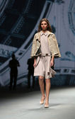 """Fashion model wears clothes made by Arileo on """"CRO A PORTER"""" show — Stock Photo"""