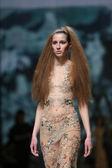 ファッションのモデルは「クロ ポーター」ショーでマシュー vuica によって作られた服を着ている — ストック写真