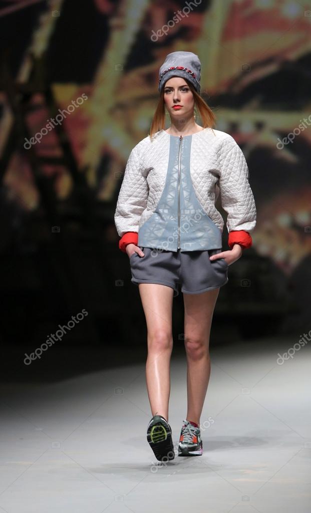 modelo de moda usa ropa hecha por jet-lag cro a porter show � Foto ...