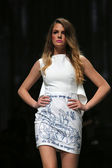 """Fashion model wears clothes made by Twins on """"CRO A PORTER"""" show — Stock Photo"""