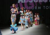 """Fashion model wears clothes made by Zigman on """"CRO A PORTER"""" show — Zdjęcie stockowe"""