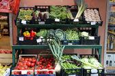 Supermercado italiano típico pueblo calle en riomaggiore, cinque terre, italia — Foto de Stock