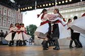 Membres du folk groupe paroisse croate de mississauga, ontario, groupe folklorique sljeme du canada durant la 48e festival international de folklore dans le centre de zagreb, Croatie le 19 juillet 2014 — Photo
