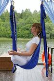 Mulher meditando numa rede ao ar livre — Foto Stock