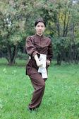 Kobieta praktykowanie kung fu — Zdjęcie stockowe