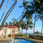 Swimming pool at tropical resort — Stock Photo #18574011