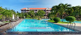 Swimming pool at tropical resort — Stock Photo