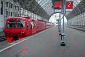Tren tren istasyonu üzerinde — Stok fotoğraf