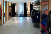 Interior de la nueva tienda de ropa de moda — Foto de Stock