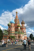 Tourists visiting St. Basil Cathedral, Red Square, Moscow — Stock Photo