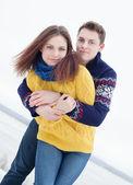 Porträtt av lyckliga par i vinterkläder tittar på kameran — Stockfoto
