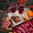 Fir branches, two glasses of mulled wine on a wooden table — Foto de Stock