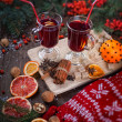 Fir branches, two glasses of mulled wine on a wooden table — Lizenzfreies Foto