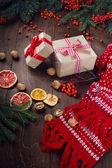 クリスマス プレゼントや木製の背景にモミの木の枝 — ストック写真